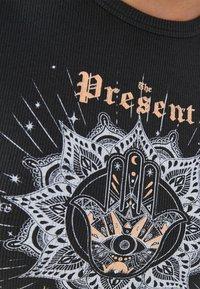 Bershka - MIT SCHNÜRUNG - Print T-shirt - dark grey - 4