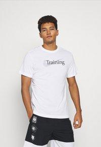 Nike Performance - TEE TRAINING - T-shirt med print - white - 0