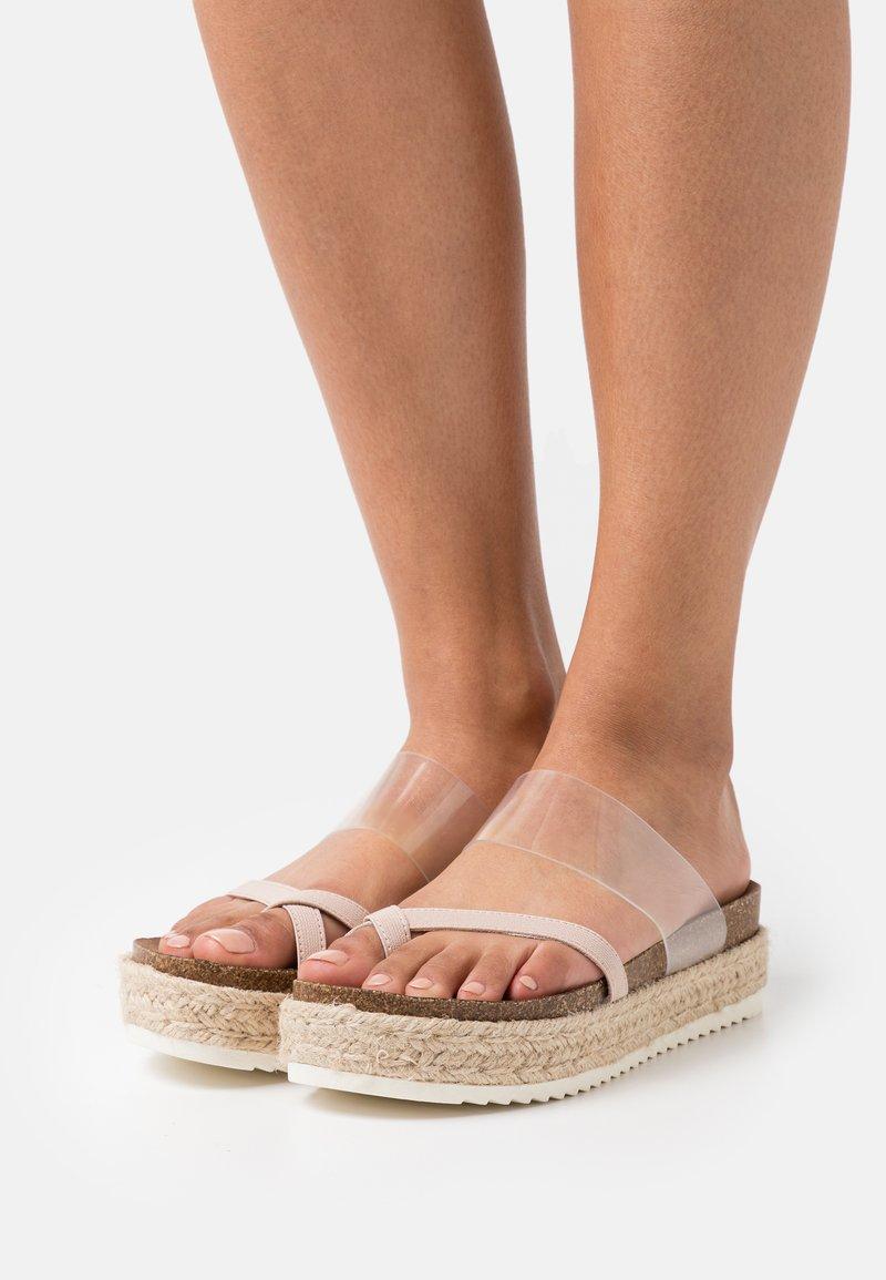 Madden Girl - CASE - Sandály s odděleným palcem - blush