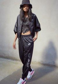 Nike Sportswear - AIR - Chaquetas bomber - black/white - 1