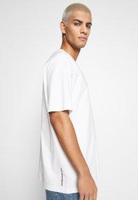 Lacoste LIVE - UNISEX - T-shirt basic - flour/black - 4