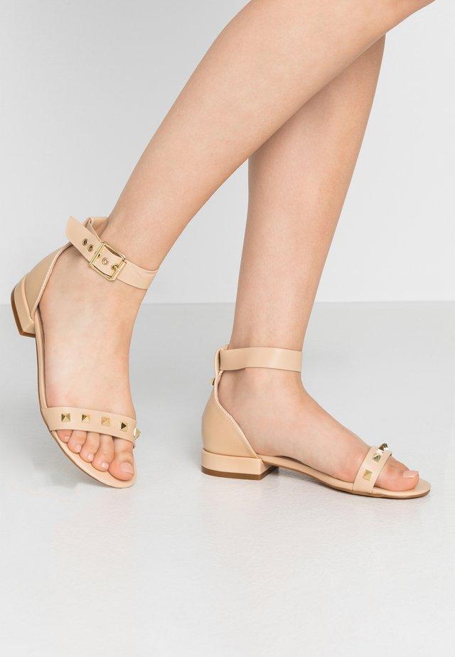 ANGELA - Sandaalit nilkkaremmillä - nude