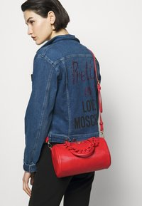 Love Moschino - TOP HANDLE CROC BAGUETTE CROSSBODY WITH TONAL CHAIN - Handbag - rosso - 0
