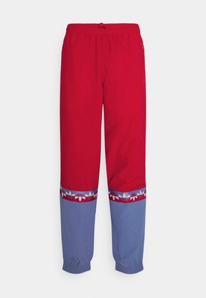 SLICE TREFOIL ADICOLOR PRIMEGREEN ORIGINALS SLIM TRACK - Trainingsbroek - scarlet/crew blue