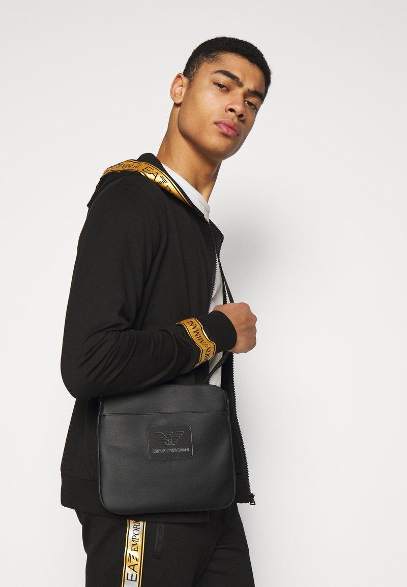 Emporio Armani - MESSENGER BAG - Taška spříčným popruhem - black