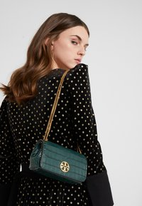 Tory Burch - CHELSEA EMBOSSED EVENING BAG - Torba na ramię - norwood - 1
