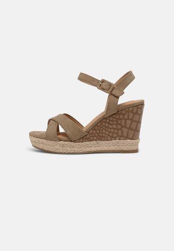 Sandály na platformě - taupe