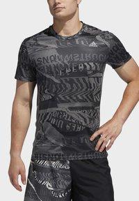 adidas Performance - OWN THE RUN GRAPHIC T-SHIRT - Triko spotiskem - grey/black - 4