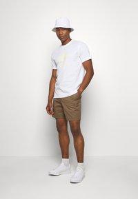adidas Originals - TREFOIL UNISEX - T-shirts med print - white - 1