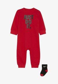 Nike Sportswear - ICON COVERALL BABY SET - Nattdräkt - university red - 2