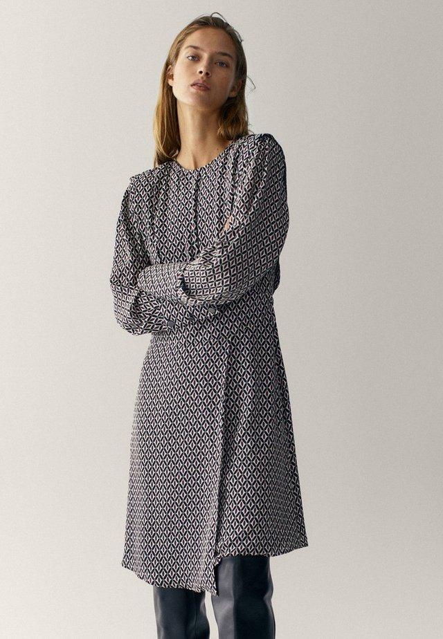 MIT GEOMETRISCHEM PRINT  - Sukienka letnia - bordeaux