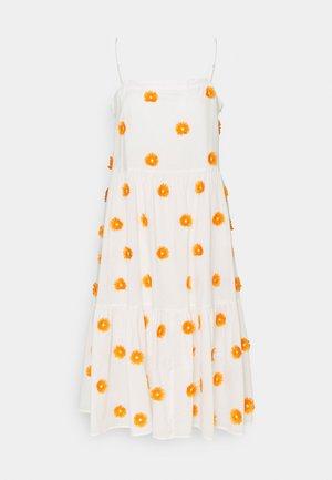 DUSTINA POM POM DRESS - Denní šaty - white/tangerine