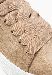 Kennel + Schmenger - UP - Trainers - leone - 2