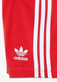 adidas Originals - SET UNISEX - Shorts - white/lusred - 3