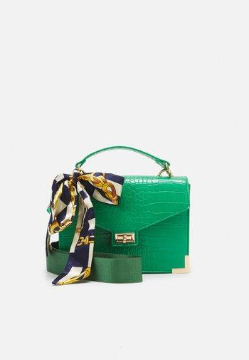 PCABBELIN CROSS BODY - Handbag - emerald/gold