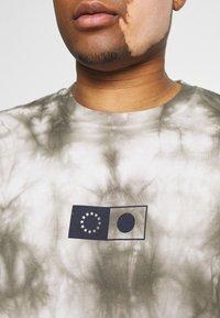 Edwin - SYNERGY - Print T-shirt - frost grey - 5