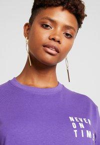 Merchcode - LADIES NEVER ON TIME TEE - Print T-shirt - ultra violet - 4