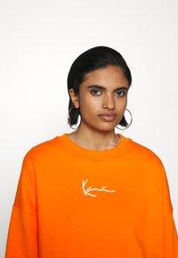 Karl Kani - SMALL SIGNATURE CREW - Sweatshirt - orange - 0
