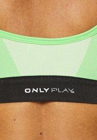 ONLY Play - ONPMINDY CIRCULAR BRA - Sport BH - green ash/black - 6