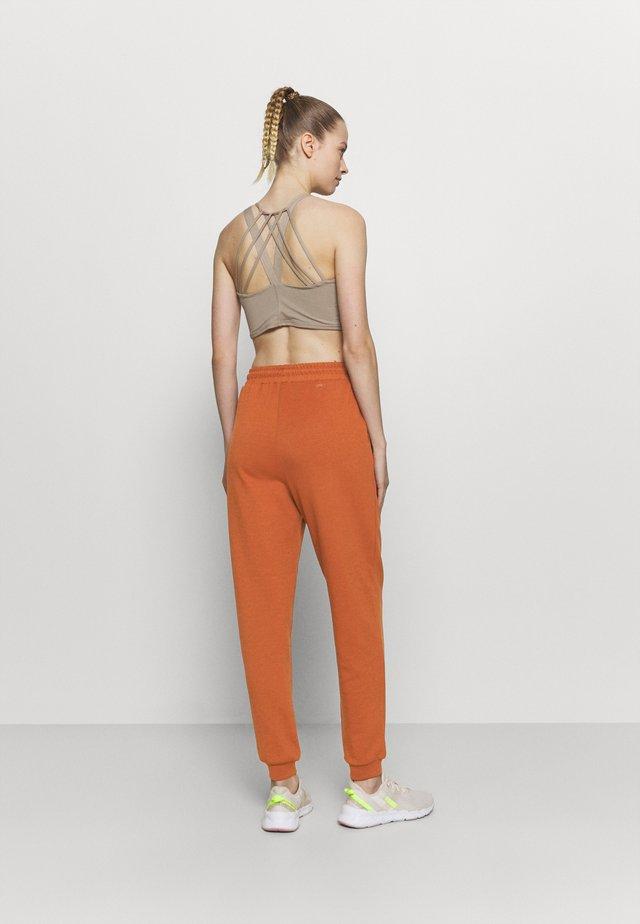 ONPLOUNGE PANTS - Pantalon de survêtement - ginger bread