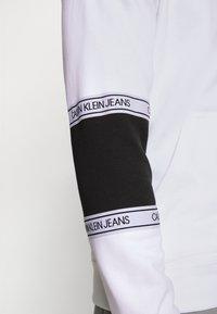 Calvin Klein Jeans - BLOCKING LOGO TAPE HOODIE - Sweat à capuche - bright white - 4