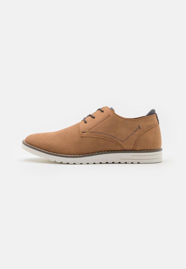 CLIPER - Volnočasové šněrovací boty - cognac