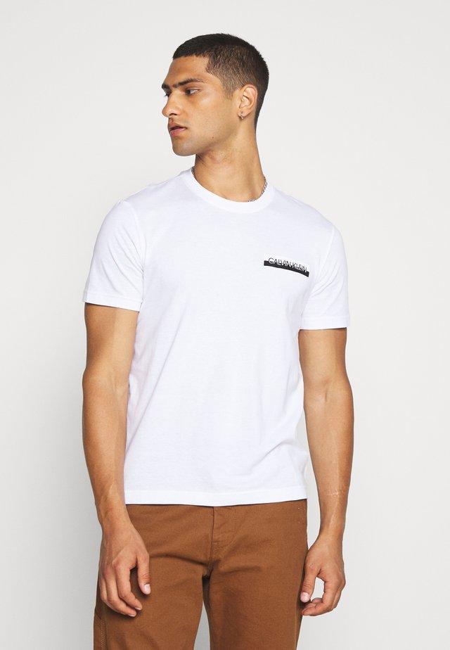CHEST BOX LOGO - Camiseta estampada - white
