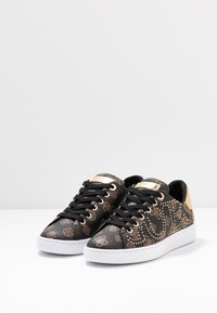 Guess - RAZZ - Sneakers laag - brown/ocra - 4