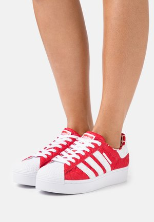 SUPERSTAR BOLD - Baskets basses - scarlet/core black/footwear white