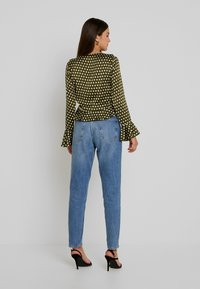Missguided - POLKA DOT RUFFLE TIE FRONT CROP - Blus - olive - 2