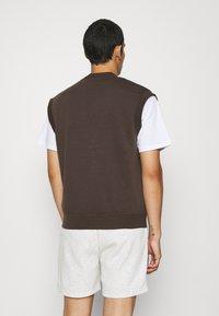 Jack & Jones - JORTOBIAS V-NECK VEST UNISEX - Sweatshirt - seal brown - 2