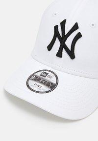New Era - KIDS LEAGUE ESSENTIAL 9FORTY NEW YORK YANKEES UNISEX - Czapka z daszkiem - black/white - 3
