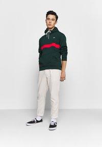 adidas Originals - SAMSTAG HOODY - Sweat à capuche - grnnit - 1