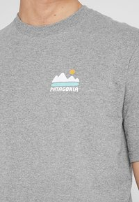 Patagonia - FED UP WITH MELT DOWN RESPONSIBILI TEE - Print T-shirt - gravel heather - 4