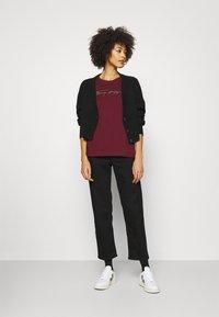 Tommy Hilfiger - REGULAR OPEN SCRIPT TEE - Print T-shirt - deep rouge - 1