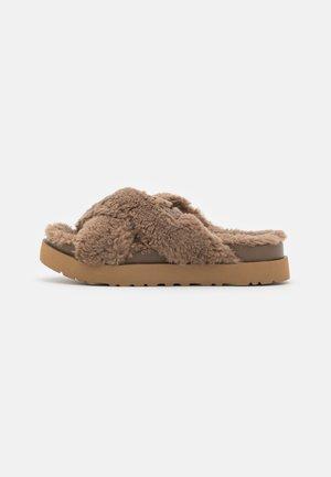 FUZZ SUGAR CROSS SLIDE - Pantoffels - hickory