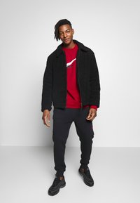 Nike Sportswear - NIKE SPORTSWEAR SWOOSH-RUNDHALSSHIRT FÜR HERREN - Sweatshirt - university red - 1