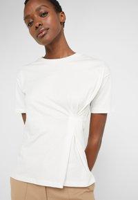 BLANCHE - MAIN TUCK - Print T-shirt - ecru - 3