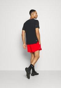 Nike Performance - STRIDE  - Pantalón corto de deporte - chile red/reflective silver - 2