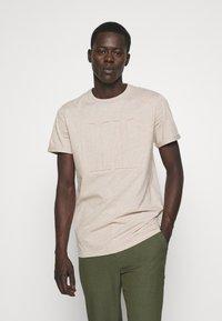 Les Deux - EMBOSSED ENCORE  - Basic T-shirt - light brown melange - 0