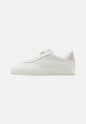 PLAKKA  - Sneakers basse - white