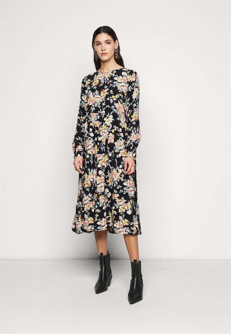 PIECES Tall - PCMAGGI MIDI DRESS - Denní šaty - black