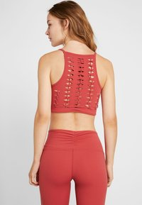 Free People - FP MOVEMENT REVELATION CROP - Linne - red - 2