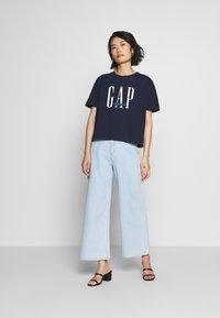 GAP - T-shirt z nadrukiem - navy - 1