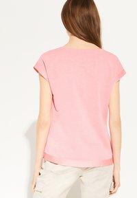 comma - MIT SATINBLENDE - Basic T-shirt - coral - 2