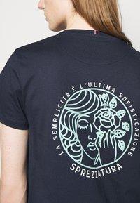 Les Deux - ASISSI - Print T-shirt - dark navy - 3