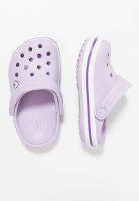 Crocs - CROCBAND RELAXED FIT - Sandali da bagno - lavender/neon purple - 0
