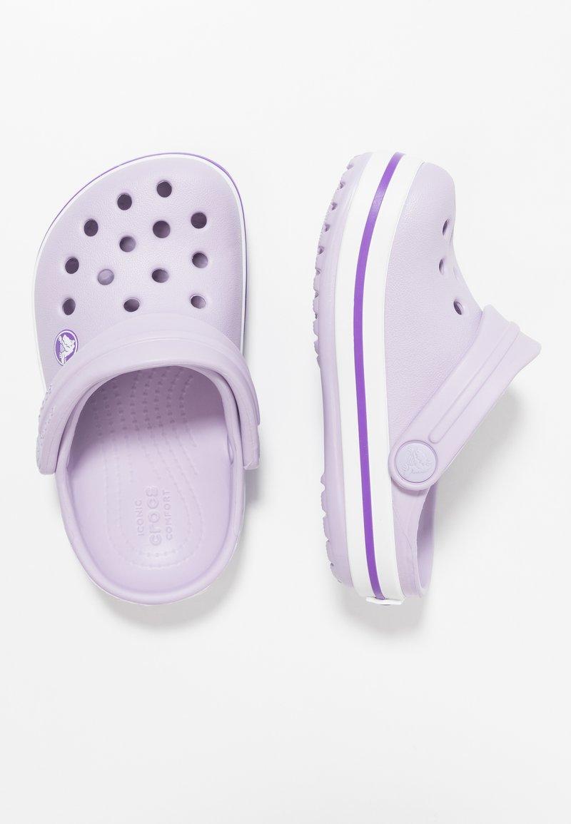 Crocs - CROCBAND RELAXED FIT - Sandali da bagno - lavender/neon purple