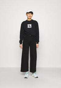 Calvin Klein Jeans - HOLOGRAM LOGO CREW NECK - Sweatshirt - black - 1