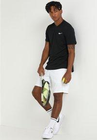 Nike Performance - DRY SHORT - Sportovní kraťasy - white - 1